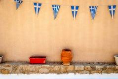 Drapeaux grecs sur le mur avec des poteries - Hraion Photographie stock