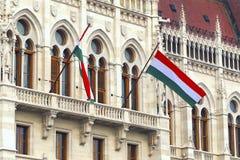 Drapeaux hongrois sur le bâtiment du parlement à Budapest photos libres de droits
