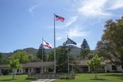 Drapeaux honorant des vétérans de toutes les guerres aux vétérans à la maison de la Californie dans Yountville, Napa Valley Image libre de droits