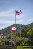 Drapeaux honorant des vétérans de toutes les guerres aux vétérans à la maison de la Californie dans Yountville, Napa Valley Photos libres de droits
