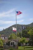 Drapeaux honorant des vétérans de toutes les guerres aux vétérans à la maison de la Californie dans Yountville, Napa Valley Photo stock