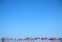 Drapeaux internationaux contre le ciel Photographie stock libre de droits