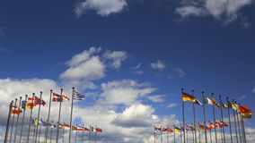 Drapeaux internationaux contre le ciel Photographie stock