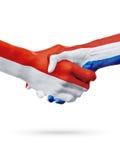 Drapeaux Monaco, pays néerlandais, concept de poignée de main d'amitié d'association Photo stock