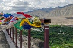 Drapeaux multicolores dans le monastère de Spituk, Jammu Kashmir photos stock