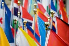 Drapeaux nationaux assortis, montés sur des poteaux Photo stock