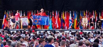 Drapeaux nationaux aux cérémonies d'ouverture de triathlon Image stock