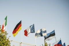 Drapeaux nationaux multi de différents pays contre le ciel bleu photographie stock