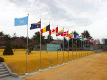 Drapeaux nationaux ondulant dans le ciel du cimetière commémoratif de l'ONU à Busan, Corée du Sud, Asie images stock
