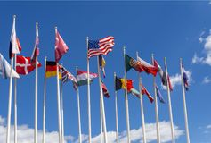 Drapeaux nationaux sur les mâts Les drapeaux des Etats-Unis, de l'Allemagne, de la Belgique, de l'Italie, de l'Israël, de la Turq photographie stock