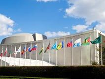 Drapeaux ondulant devant des siège des Nations Unies à New York City Image libre de droits