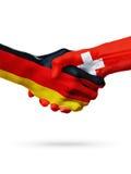 Drapeaux pays d'Allemagne, Suisse, concept de poignée de main d'amitié d'association Photo libre de droits