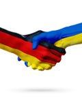 Drapeaux pays d'Allemagne, Ukraine, concept de poignée de main d'amitié d'association Photographie stock libre de droits