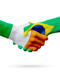 Drapeaux pays d'Irlande, Brésil, concept de poignée de main d'amitié d'association Photos libres de droits