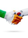 Drapeaux pays d'Irlande, Corée du Sud, concept de poignée de main d'amitié d'association Photographie stock