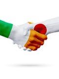 Drapeaux pays d'Irlande, Japon, concept de poignée de main d'amitié d'association Photo libre de droits