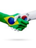 Drapeaux pays de Brésil, Corée du Sud, concept de poignée de main d'amitié d'association Image stock