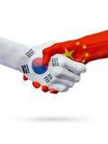 Drapeaux pays de Corée du Sud, Chine, concept de poignée de main d'amitié d'association Photos libres de droits