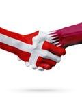 Drapeaux pays de Danemark, Qatar, concept de poignée de main d'amitié d'association Image libre de droits
