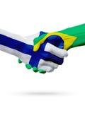 Drapeaux pays de Finlande, Brésil, concept de poignée de main d'amitié d'association Images libres de droits