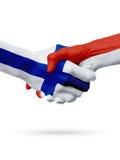 Drapeaux pays de Finlande, Monaco, concept de poignée de main d'amitié d'association Image libre de droits