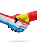 Drapeaux pays de luxembourgeois, Belgique, concept de poignée de main d'amitié d'association Photos stock