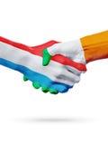 Drapeaux pays de luxembourgeois, Irlande, concept de poignée de main d'amitié d'association Photo stock