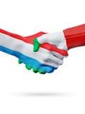 Drapeaux pays de luxembourgeois, Italie, concept de poignée de main d'amitié d'association Photos stock