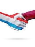 Drapeaux pays de luxembourgeois, Qatar, concept de poignée de main d'amitié d'association Photos libres de droits