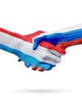 Drapeaux pays de luxembourgeois, Russie, concept de poignée de main d'amitié d'association Images stock