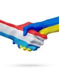 Drapeaux pays de luxembourgeois, Ukraine, concept de poignée de main d'amitié d'association Photographie stock
