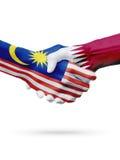 Drapeaux pays de Malaisie, Qatar, concept de poignée de main d'amitié d'association Images libres de droits