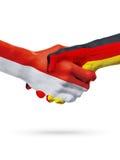 Drapeaux pays de Monaco, Allemagne, concept de poignée de main d'amitié d'association Photos stock