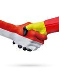 Drapeaux pays de Monaco, Belgique, concept de poignée de main d'amitié d'association Photo stock