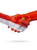 Drapeaux pays de Monaco, Chine, concept de poignée de main d'amitié d'association Image stock
