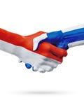 Drapeaux pays de Monaco, Finlande, concept de poignée de main d'amitié d'association Photo stock
