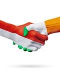 Drapeaux pays de Monaco, Irlande, concept de poignée de main d'amitié d'association Image stock