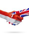Drapeaux pays de Monaco, Royaume-Uni, concept de poignée de main d'amitié d'association Photos stock