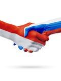 Drapeaux pays de Monaco, Russie, concept de poignée de main d'amitié d'association Images stock