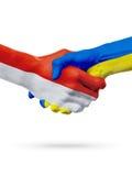 Drapeaux pays de Monaco, Ukraine, concept de poignée de main d'amitié d'association Photographie stock