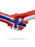 Drapeaux pays de Norvège, Monaco, concept de poignée de main d'amitié d'association Photo libre de droits