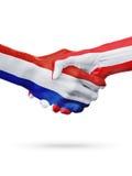 Drapeaux pays de Pays-Bas, Autriche, concept de poignée de main d'amitié d'association Photo libre de droits