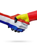 Drapeaux pays de Pays-Bas, Belgique, concept de poignée de main d'amitié d'association Photos stock