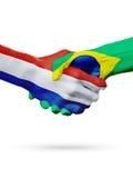 Drapeaux pays de Pays-Bas, Brésil, concept de poignée de main d'amitié d'association Photos libres de droits