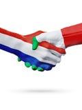 Drapeaux pays de Pays-Bas, Italie, concept de poignée de main d'amitié d'association Photographie stock