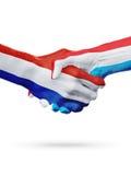 Drapeaux pays de Pays-Bas, Luxembourg, concept de poignée de main d'amitié d'association Photos libres de droits