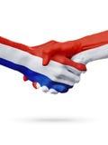 Drapeaux pays de Pays-Bas, Monaco, concept de poignée de main d'amitié d'association Photographie stock