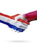 Drapeaux pays de Pays-Bas, Qatar, concept de poignée de main d'amitié d'association Photo stock