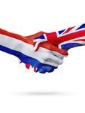 Drapeaux pays de Pays-Bas, Royaume-Uni, concept de poignée de main d'amitié d'association Image libre de droits