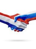 Drapeaux pays de Pays-Bas, Russie, concept de poignée de main d'amitié d'association Image stock